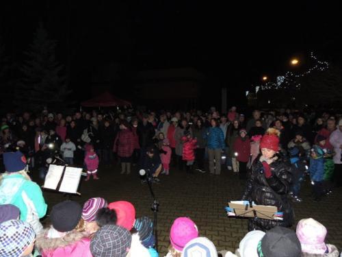 Neděle 27. 11. Vystoupení žáků ZŠ při rozsvícení vánočního stromu před školou.