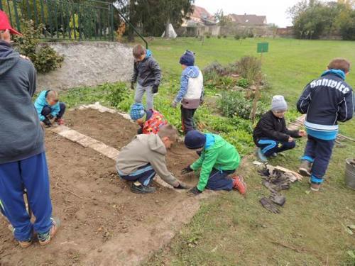 ZŠ - Bramboriáda - vaříme bramboračku na zahradě školy